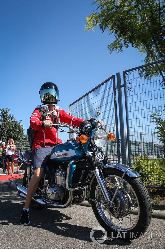 Себастьян Феттель, Ferrari, на своєму мотоциклі Suzuki 750