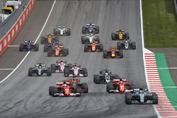 Valtteri Bottas, Mercedes AMG F1 W08, Sebastian Vettel, Ferrari SF70H, Kimi Raikkonen, Ferrari SF70H, the rest of the field away at the start