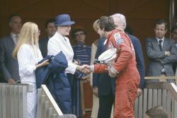 1. Carlos Reutemann, Williams FW07B, mit Fürst Rainier von Monaco und Fürstin Gracia Patricia von Monaco