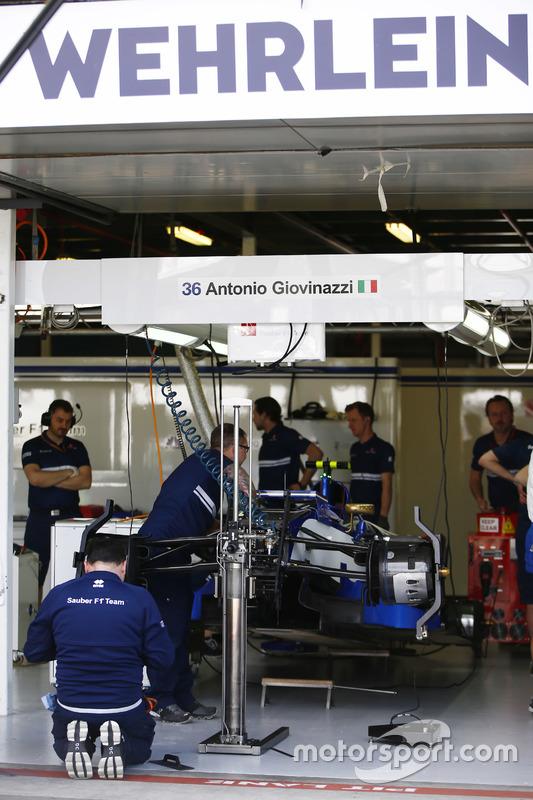 Sauber-Mechaniker am Auto von Pascal Wehrlein