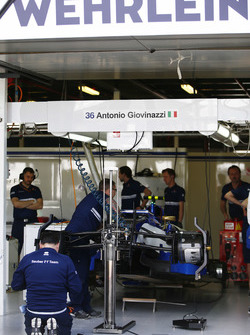 Meccanici Sauber preparano la Sauber C36 di Pascal Wehrlein per Antonio Giovinazzi