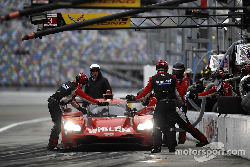 #31 Action Express Racing Cadillac DPi: Eric Curran, Dane Cameron, Seb Morris, Mike Conway, pit action