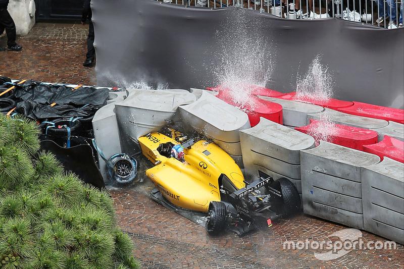 Jolyon Palmer, Renault Sport F1 Team RS16 choca y queda fuera de la carrera