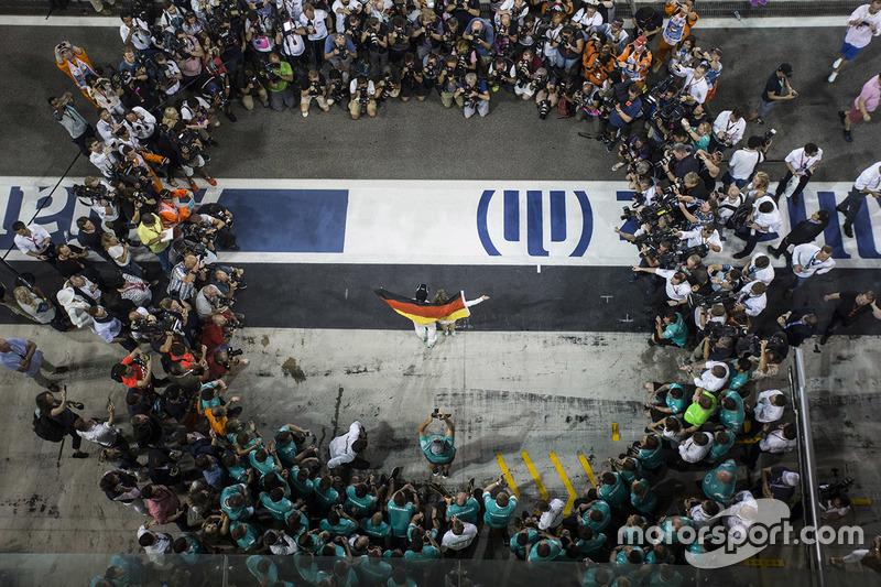 Ніко Росберг, Mercedes AMG F1 святкує здобутий титул Чемпіона світу разом із своєю жінкою Вівіан Рос