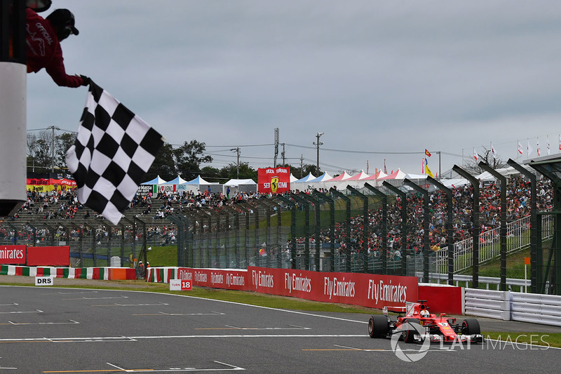 Sebastian Vettel, Ferrari SF70H ve la bandera a cuadros al final de calificación