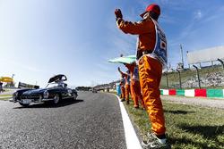 Oficiales de pista ven a Lewis Hamilton, Mercedes AMG F1