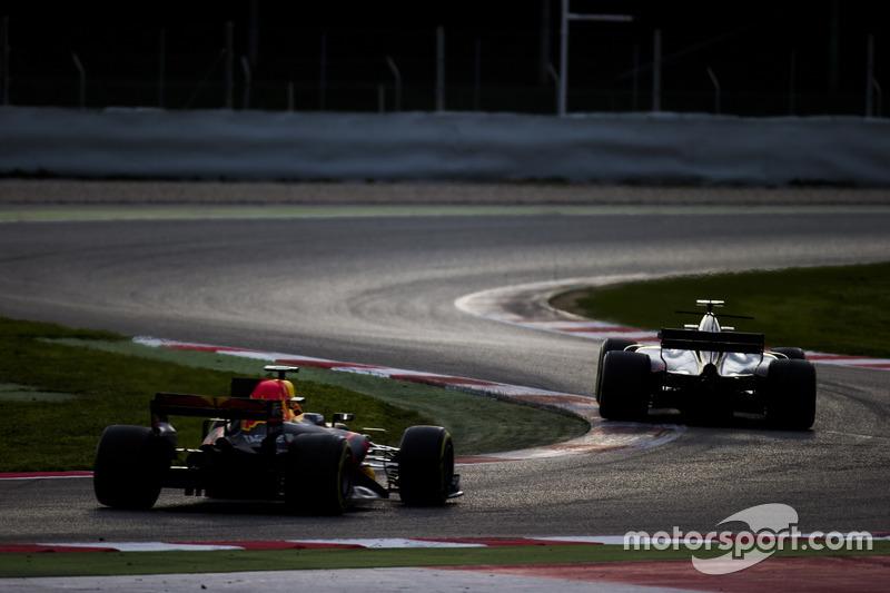 Ромен Грожан, Haas F1 Team VF-17,випереджає Макса Ферстаппена, Red Bull Racing RB13