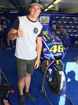 Cameron Waters en el garaje de Yamaha