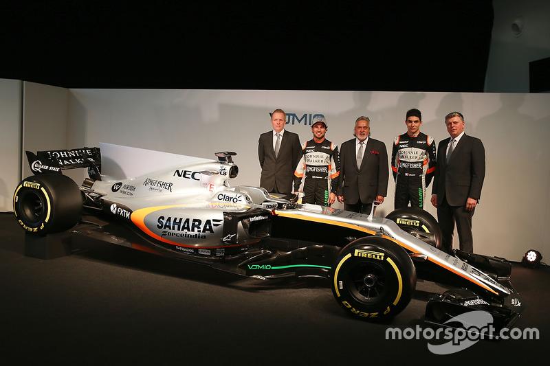 Fahrer und Teamleitung von Force India mit dem VJM10