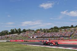 Sebastian Vettel, Ferrari SF70H, precede, Kimi Raikkonen, Ferrari SF70H, Valtteri Bottas, Mercedes AMG F1 W08 e Max Verstappen, Red Bull Racing RB13
