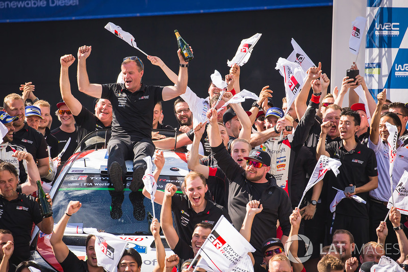 Tommi Makinen, Toyota Racing celebrates with the team