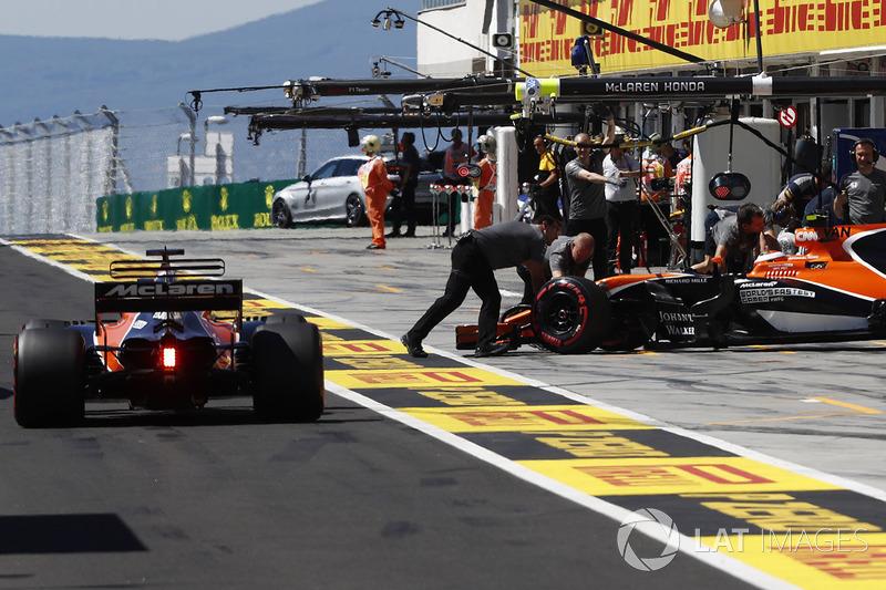 Fernando Alonso, McLaren MCL32, Stoffel Vandoorne, McLaren MCL32, regresa al garaje