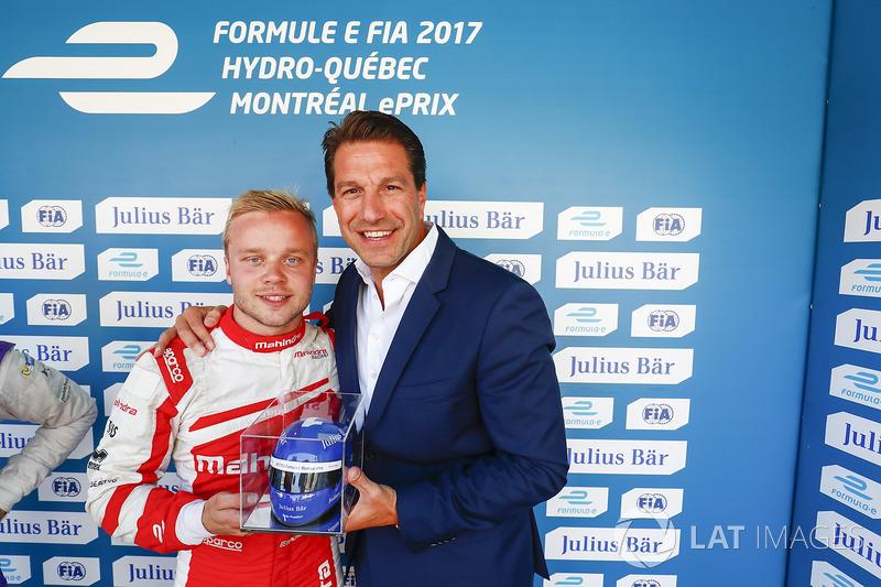 Felix Rosenqvist, Mahindra Racing, festeggia dopo le qualifiche con il Julisy Bar award