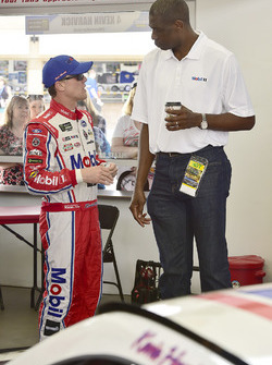 Kevin Harvick, Stewart-Haas Racing Ford, Dikembe Mutombo