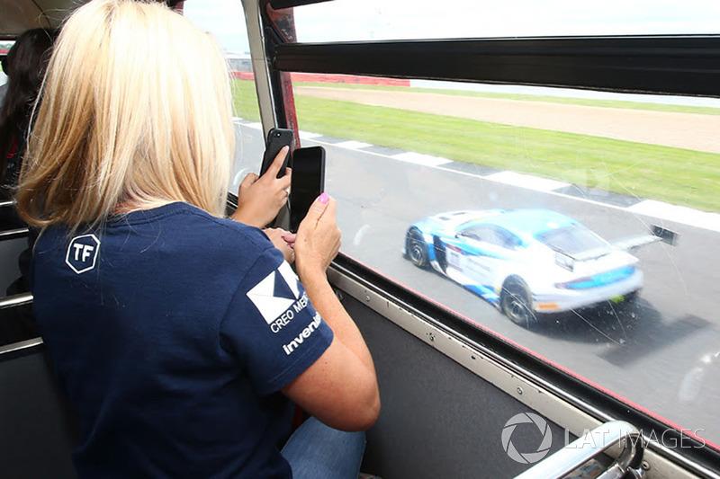 VIsta desde el autobús Routemaster en pista durante la práctica