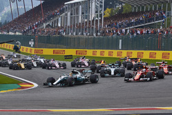 Lewis Hamilton, Mercedes AMG F1 W08, Sebastian Vettel, Ferrari SF70H, the rest of the field at the start