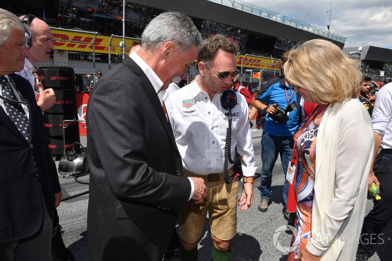Chase Carey, président du Formula One Group et Christian Horner, directeur de Red Bull Racing Team Principal sur la grille
