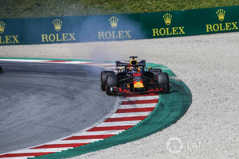 Daniel Ricciardo, Red Bull Racing RB14, con del fumo dal motore