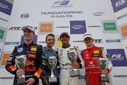 Подиум: победитель Энаам Ахмед, Hitech Bullfrog GP, второе место – Дэн Тиктум, Motopark, третье место – Мик Шумахер, PREMA Theodore Racing