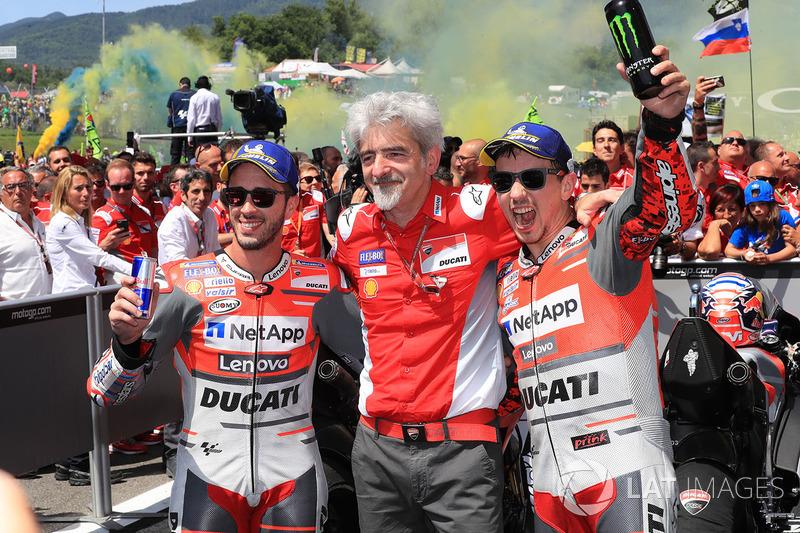 Gigi Dall'Igna, General Manager Ducati Team, (tengah) bersama peraih dua podium teratas, Andrea Dovizioso dan Jorge Lorenzo