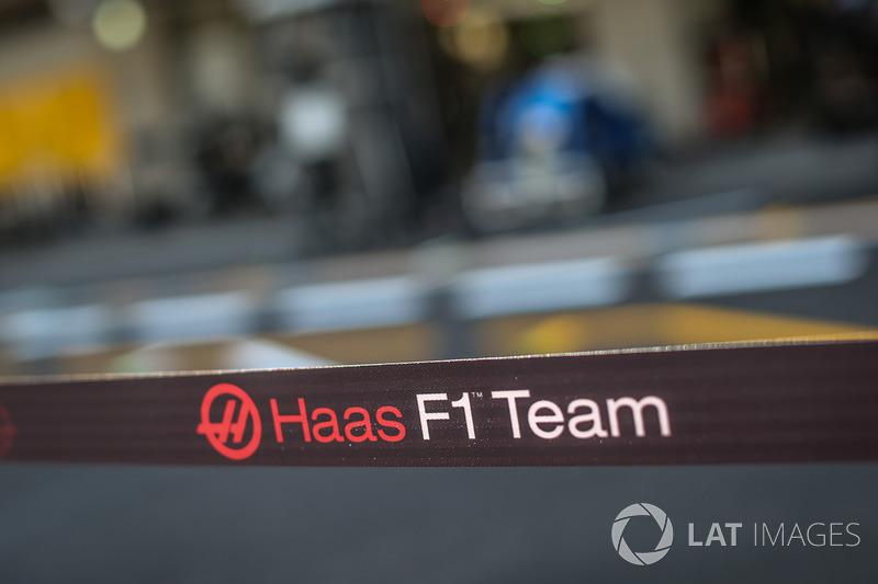 Haas F1 barrera de garaje