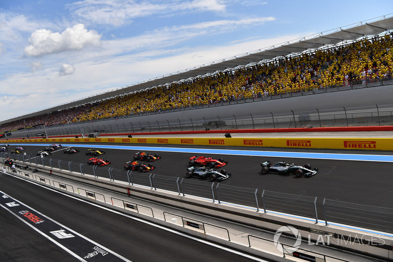 Lewis Hamilton, Mercedes-AMG F1 W09, al comando alla partenza della gara