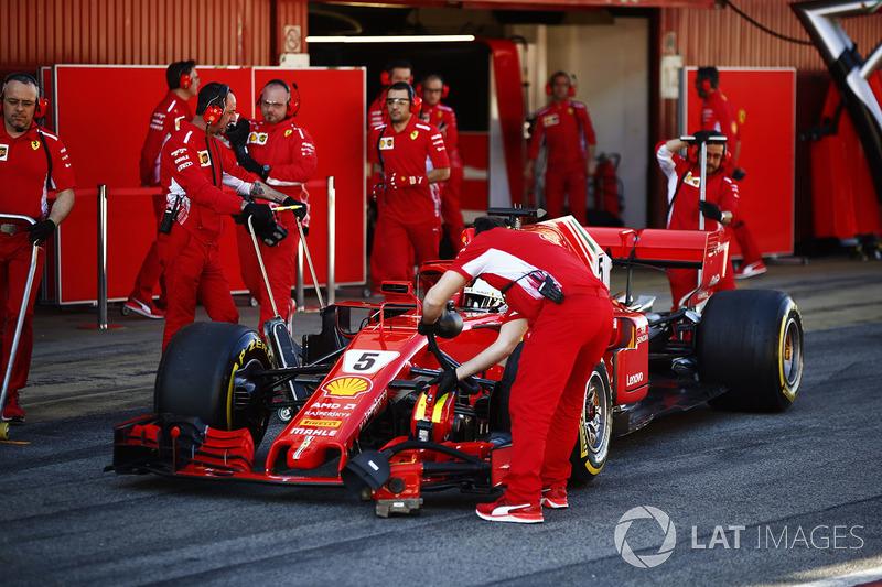 Sebastian Vettel, Ferrari, fermo fuori dal suo box
