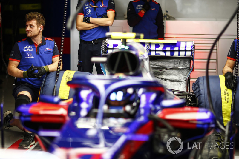 Engineers with Brendon Hartley, Toro Rosso STR13 Honda, in the garage