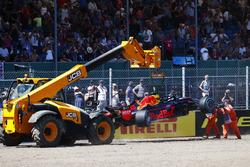 I marshal rimuovono la monoposto incidentata di Max Verstappen Red Bull Racing RB14