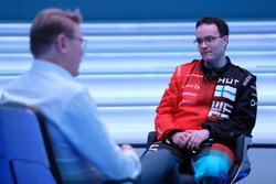 Mika Hakkinen ve McLaren Dünyanın en hızlı oyuncusu katılımcısı (World's Fastest Gamer)