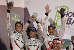Podio LMP1: al secondo posto Timo Bernhard, Earl Bamber, Brendon Hartley