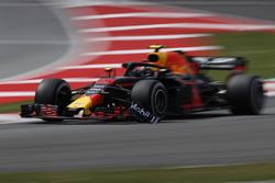 Max Verstappen, Red Bull Racing RB14 with broken front wing