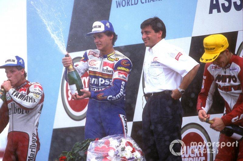 Алекс Крівіль святкує перемогу з французьким шампанським у 1992 році