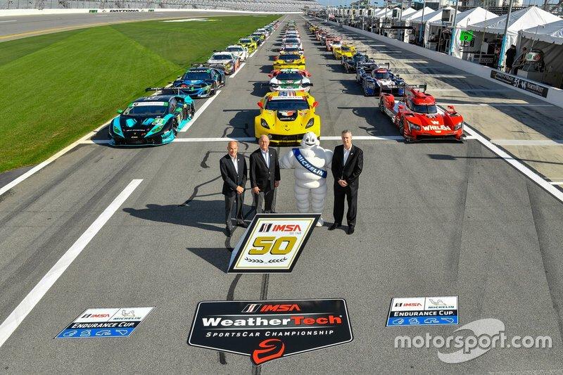 Foto de grupo con todos los coches y el presidente de IMSA, Scott Atherton, presidente de IMSA, Jim France y CEO de IMSA, Ed Bennett
