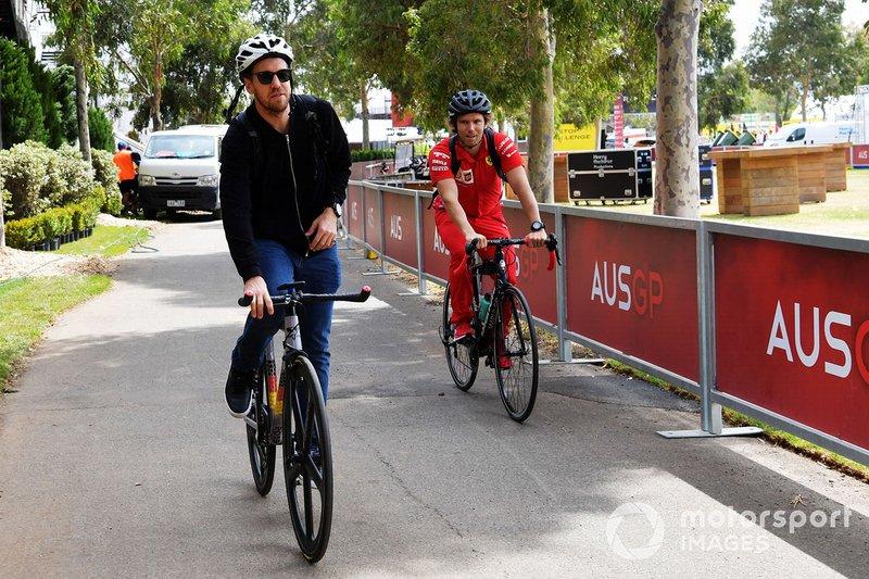 Sebastian Vettel, Ferrari, llega a la pista en bici