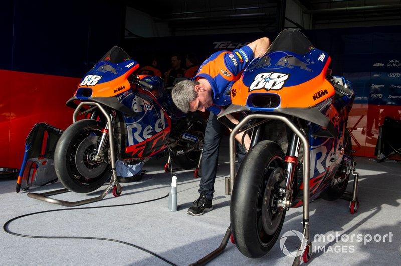 Mecánicos del Red Bull KTM Tech 3