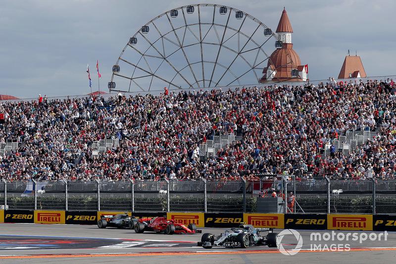 Valtteri Bottas, Mercedes AMG F1 W09 precede Sebastian Vettel, Ferrari SF71H e Lewis Hamilton, Mercedes AMG F1 W09