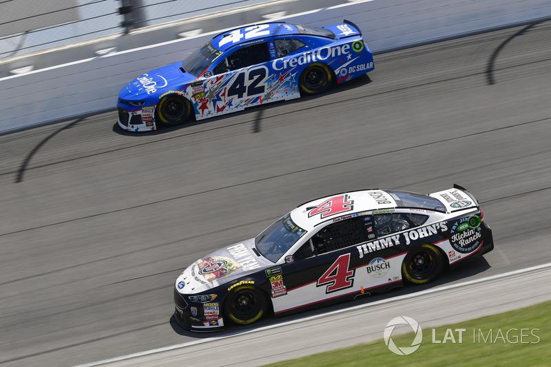 Kevin Harvick, Stewart-Haas Racing, Ford Fusion Jimmy John's Kickin' Ranch, Kyle Larson, Chip Ganassi Racing, Chevrolet Camaro Credit One Bank