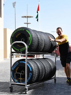 Механик Renault Sport F1 Team и шины Pirelli