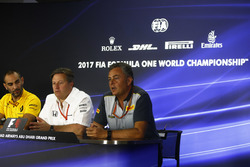 Cyril Abiteboul, Direktör, Renault Sport F1 Team, Zak Brown, Direktör, McLaren Technology Group, Mario Isola, Yarış Direktörü, Pirelli Motorsport