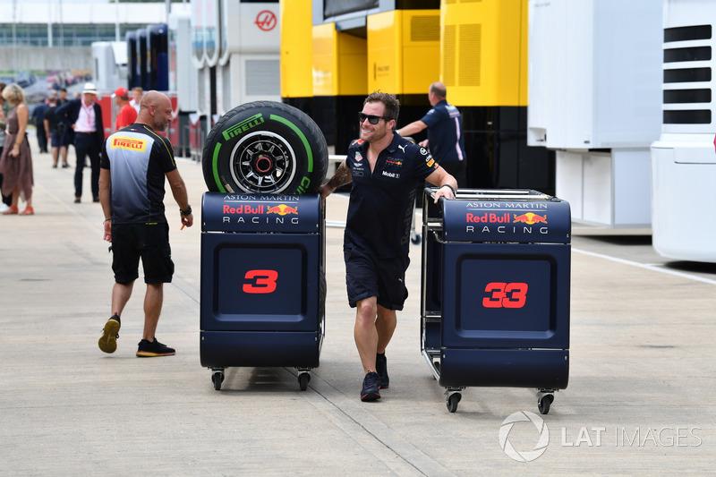 Mekanik Red Bull Racing dengan ban Pirelli