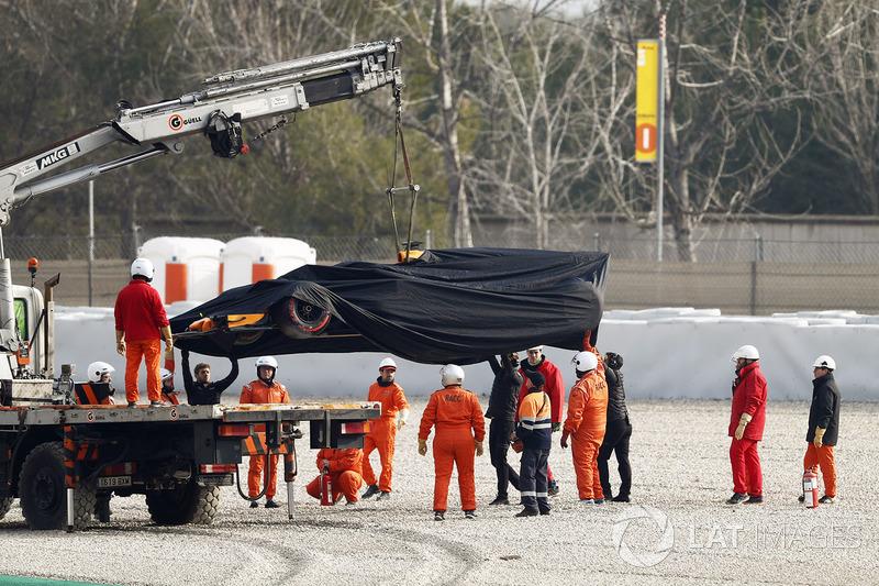 Маршалы эвакуируют с трассы разбитый автомобиль McLaren MCL33 Фернандо Алонсо