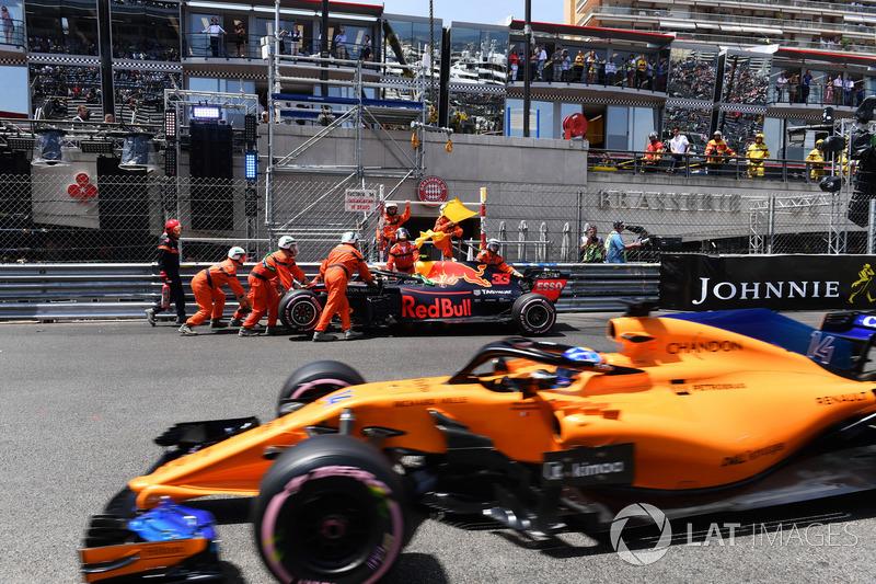 Les commissaires dégagent la voiture endommagée de Max Verstappen, Red Bull Racing RB14