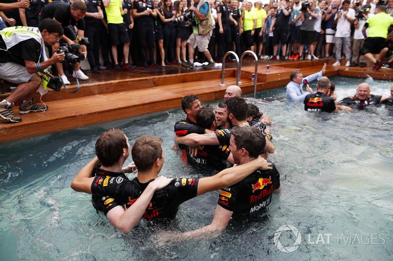 Команда Red Bull Racing празднует победу: Даниэль Риккардо и Роб Маршалл