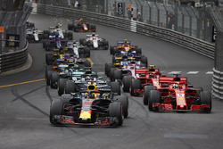Daniel Ricciardo, Red Bull Racing RB14, leads Sebastian Vettel, Ferrari SF71H, Lewis Hamilton, Mercedes AMG F1 W09, Kimi Raikkonen, Ferrari SF71H, at the start of the race