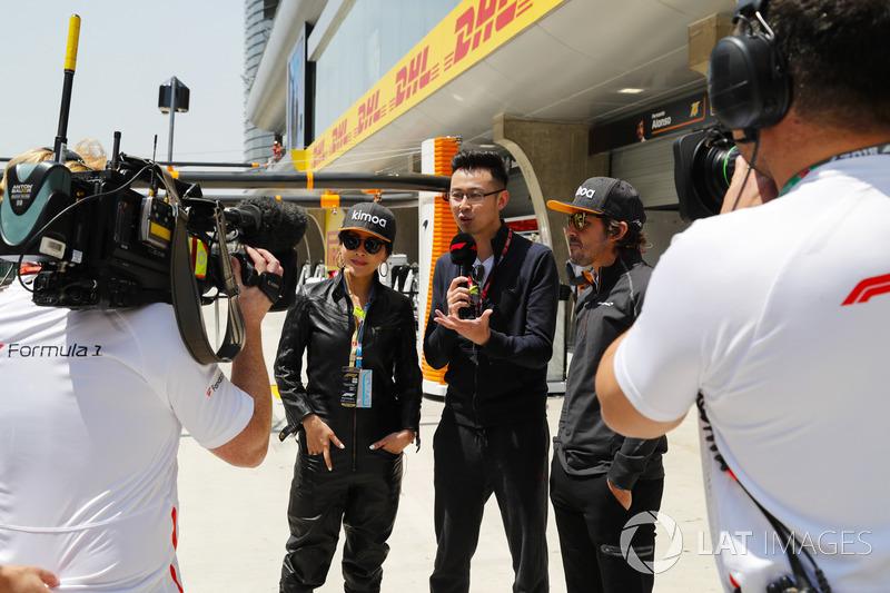 L'actrice Carina Lau et Fernando Alonso, McLaren, sont interviewés