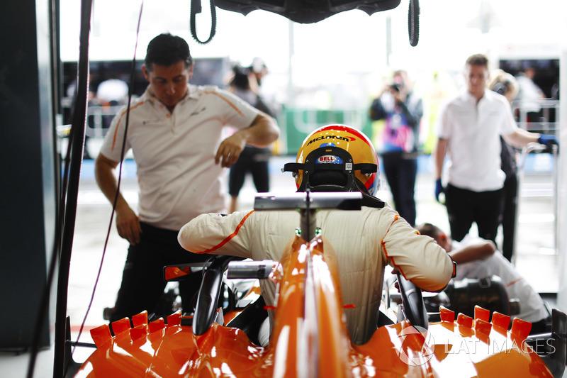 Fernando Alonso, McLaren, s'installe dans son cockpit