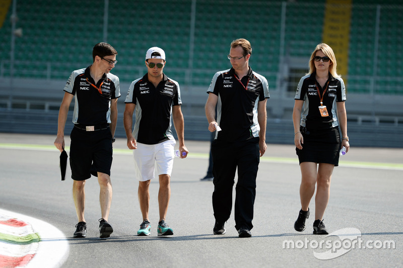 Sergio Perez, Sahara Force India F1 VJM09 walks the circuit with the team