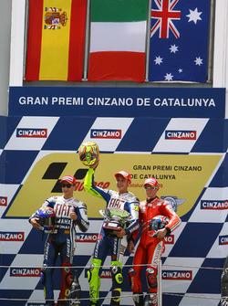 Podium: pemenang Valentino Rossi, Yamaha Factory Racing, peringkat kedua Jorge Lorenzo, Yamaha Facto