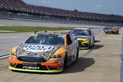 Kevin Harvick, Stewart-Haas Racing Chevrolet, e altre 20 vetture scontano le penalità in pit lane